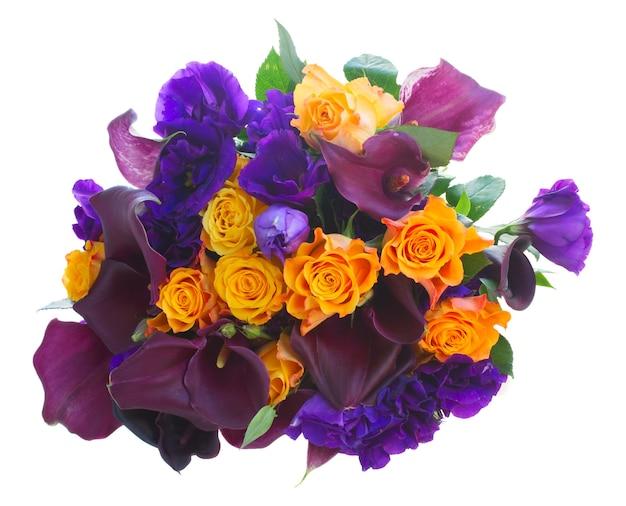 Bukiet świeżych kwiatów calla lilly, róż i eustoma na białym tle