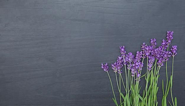 Bukiet świeżych kwiatów lawendy fioletowe kwiaty kartkę z życzeniami w tle