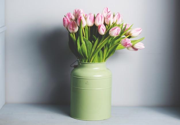 Bukiet świeżych kwiatów tulipanów różowy. zobacz z miejsca na kopię.