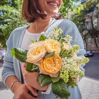 Bukiet świeżych kwiatów w rękach dziewczynki