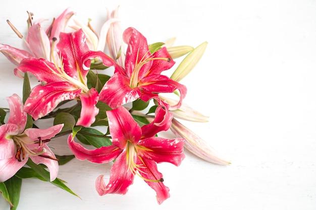 Bukiet świeżych lilii na jasnej powierzchni. koncepcja dostawy kwiatów.