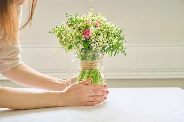 Bukiet świeżych wiosennych kwiatów różowych róż i konwalii