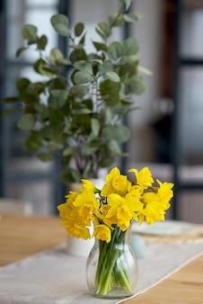 Bukiet świeżych żółtych narcyzów na stole