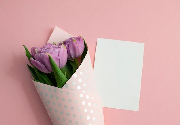 Bukiet tulipanów bzu zawinięty w papier pakowy