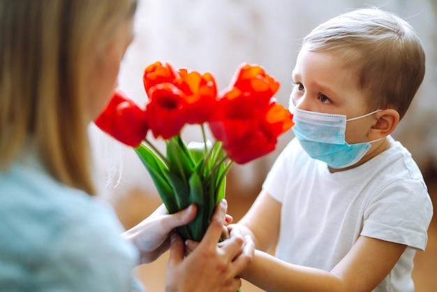 Bukiet tulipanów dla mamy synek gratuluje mamie i daje bukiet tulipanów szczęśliwa mama...