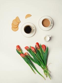 Bukiet tulipanów i dwie filiżanki do kawy