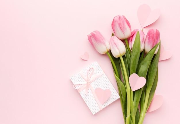 Bukiet tulipanów i prezent