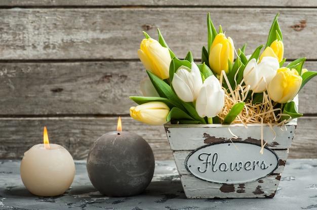 Bukiet tulipanów i zapalonych świec