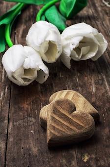 Bukiet tulipanów jasny kolor i symboliczne drewniane serca