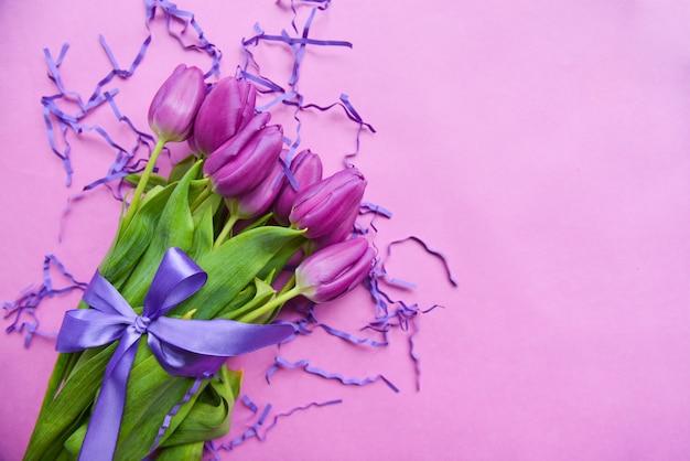 Bukiet tulipanów na dzień matki, z fioletową wstążką