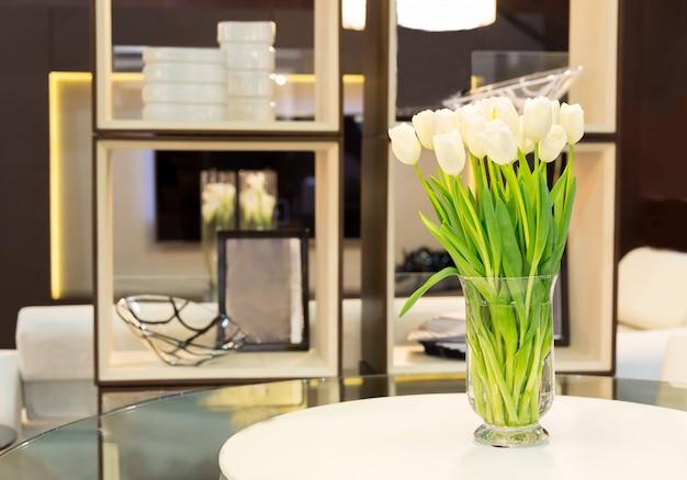 Bukiet tulipanów na stole
