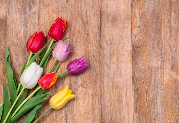 Bukiet tulipanów na tle drewnianych desek