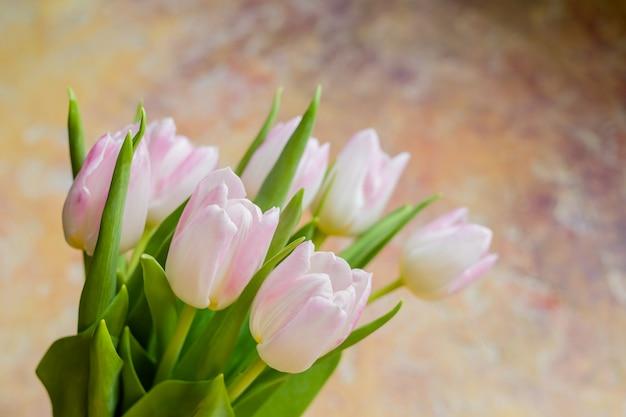 Bukiet tulipanów na żółtym tle. tło walentynki i dzień matki. świąteczny prezent