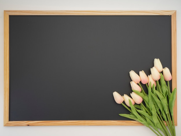 Bukiet tulipanów umieszczony na ramie tablicy