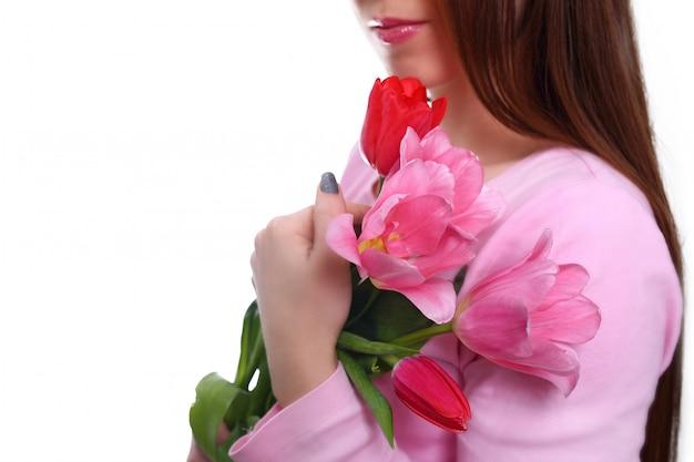 Bukiet tulipanów w ręce kobiety. 8 marca. pojedynczo na białym.
