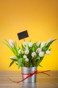Bukiet tulipanów w rustykalnej donicy