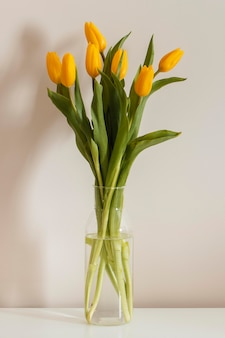 Bukiet tulipanów w wazonie z przodu