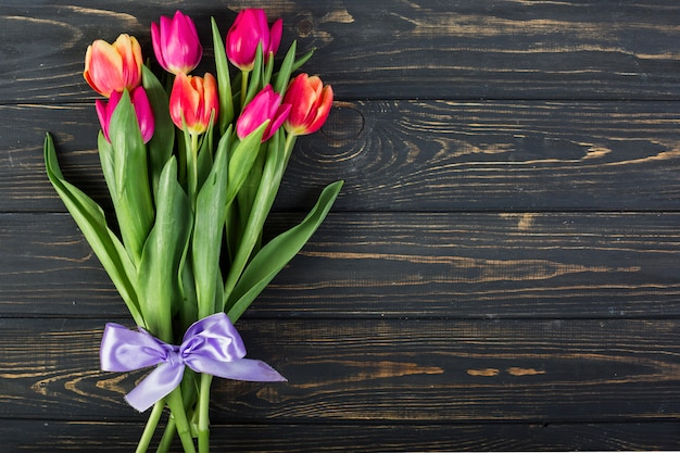 Bukiet tulipanów z kokardą