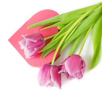 Bukiet tulipanów z widokiem z góry pudełko czerwone serce