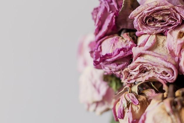 Bukiet uschniętych róż