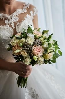 Bukiet w rękach panny młodej, przygotowuje się przed ślubem
