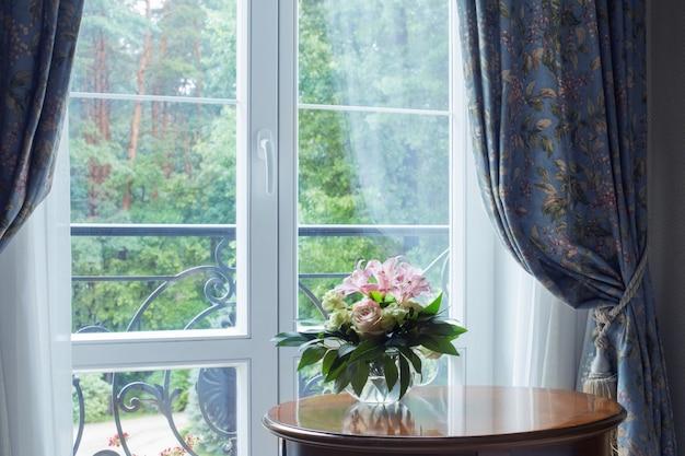 Bukiet w zabytkowym wnętrzu na tle okna