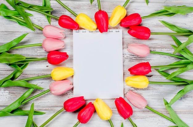 Bukiet wiosennych kolorowych tulipanów i prezent