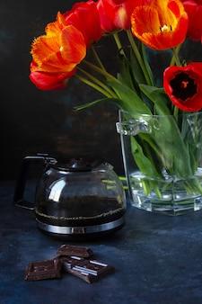 Bukiet wiosennych kwiatów czerwonych tulipanów