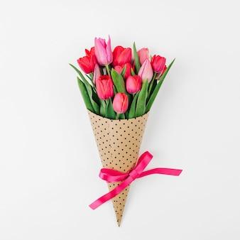 Bukiet wiosennych kwiatów tulipanów. układ płaski, widok z góry