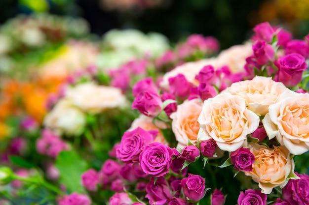 Bukiet wiosennych róż z bliska