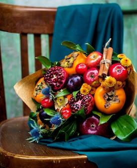 Bukiet wykonany z mieszanych owoców
