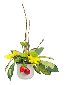 Bukiet z kwiatów, jagód i gałązek wierzby cipki w wazonie na białym tle.