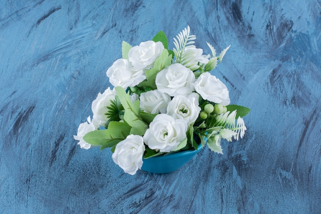 Bukiet z naturalną aranżacją białej róży na niebiesko.