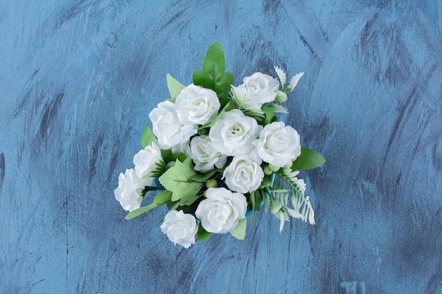 Bukiet z naturalnym układem białej róży na niebiesko.