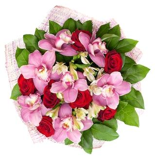 Bukiet z orchidei i róż jest izolowany