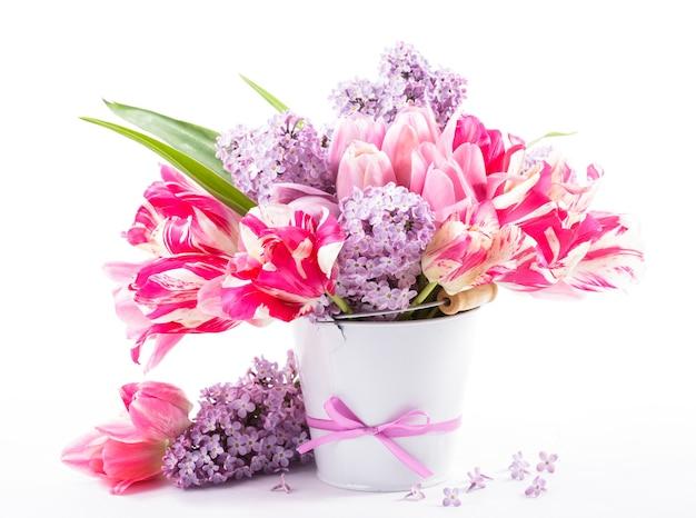 Bukiet z różowych tulipanów i bzu na białym tle