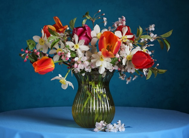 Bukiet z żonkili, tulipanów i gałęzi kwiatów wiśni.
