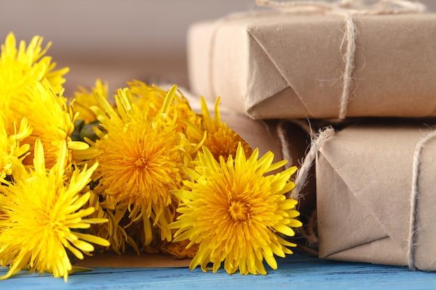 Bukiet żółci dandelions na drewnianej ścianie.