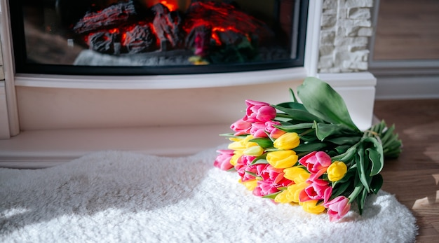 Bukiet żółtych i różowych tulipanów