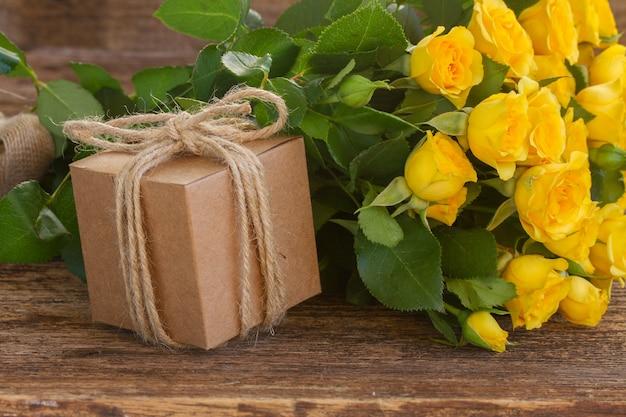 Bukiet żółtych róż na drewniane z bliska