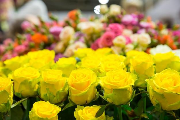 Bukiet żółtych róż z bliska