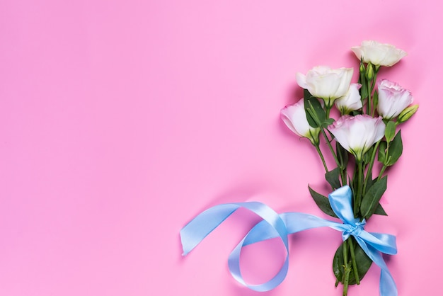 Bukieta kwitnienia różowy eustoma na różowym tle, mieszkanie nieatutowy. walentynki, urodziny, matka lub ślub kartkę z życzeniami
