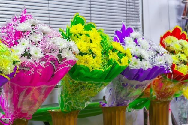 Bukiety chryzantem w kwiaciarni