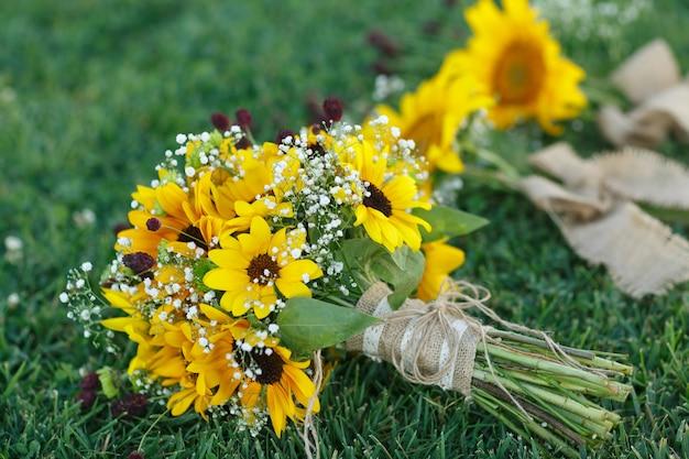 Bukiety ślubne dla panny młodej i druhny na ślub w plenerze