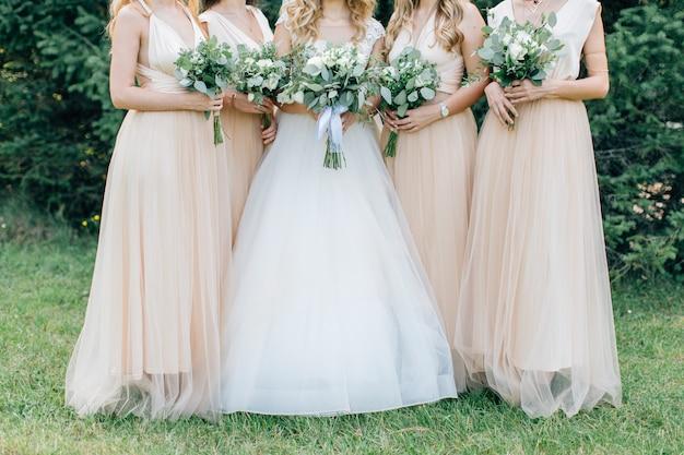 Bukiety ślubne w rękach panny młodej i druhen