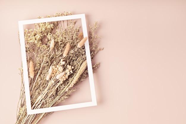 Bukiety suszonych kwiatów i ziół oraz makieta z życzeniami, hobby, modna dekoracja wnętrz, pomysł na kwiaciarnię rzemieślniczą. widok z góry, układ płaski, przestrzeń do kopiowania