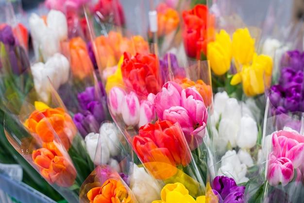 Bukiety tulipanów w sklepie. kolorowe piękne bukiety