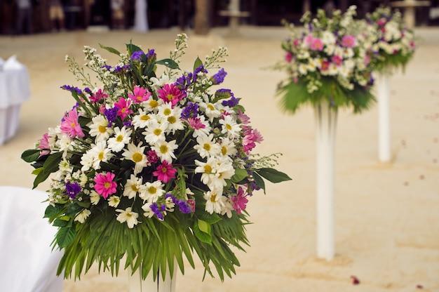 Bukiety z kolorowych kwiatów i zielonych liści