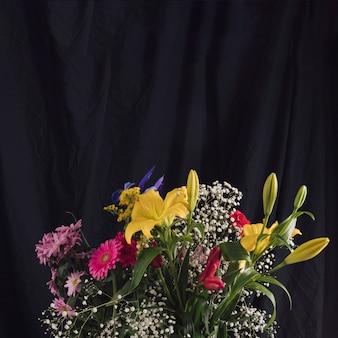 Bukiety z kolorowych kwiatów w ciemności