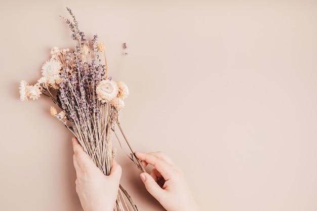 Bukiety z suszonych kwiatów i ziół, modna dekoracja wnętrz, pomysł na kwiaciarnię rzemieślniczą. widok z góry, układ płaski